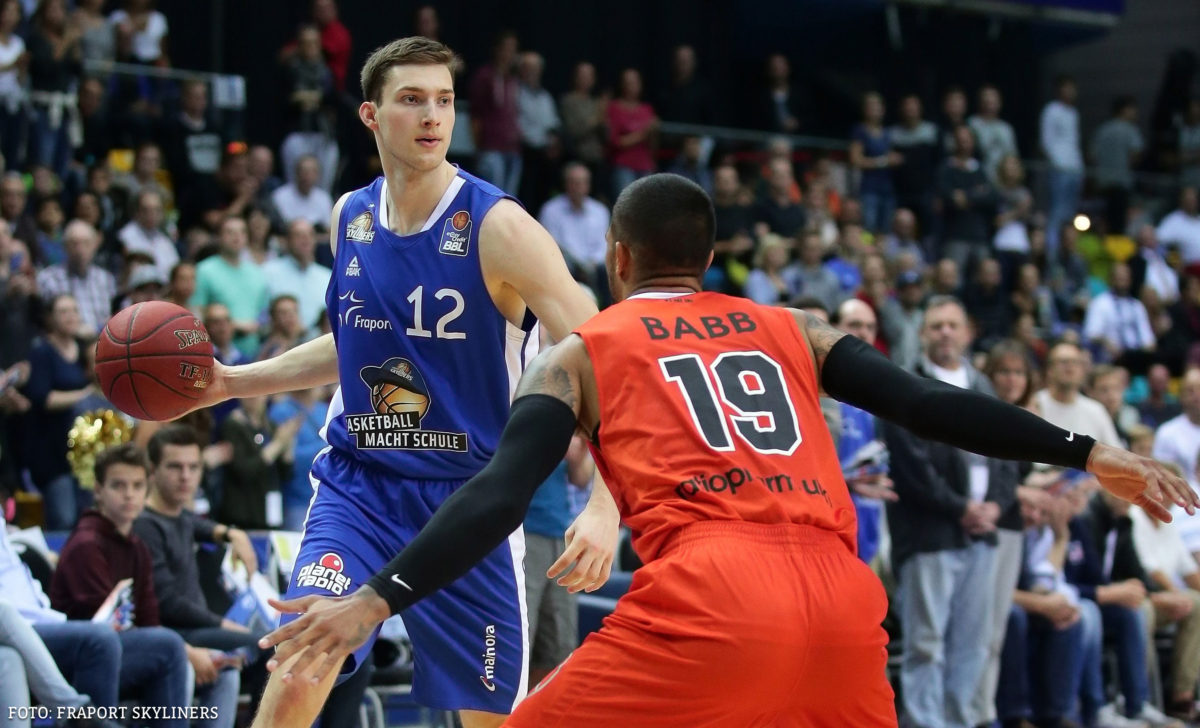 16.10.2016 / Basketball BBL /  -12- Stefan Ilzhˆfer / FRAPORT SKYLINERS (blau) / -6- Per G¸nther / RATIOPHARM ULM (orange) / ABDRUCK HONORARFREI!!!!